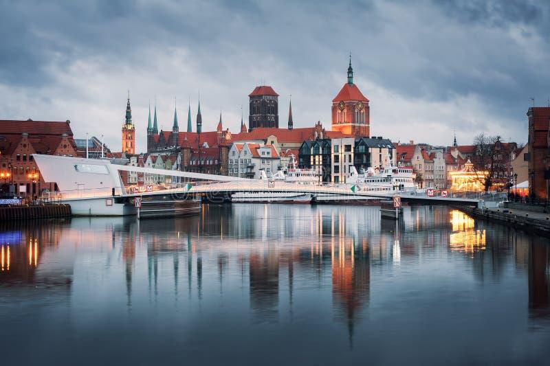 Gammal stad av Gdansk p? natten royaltyfria bilder