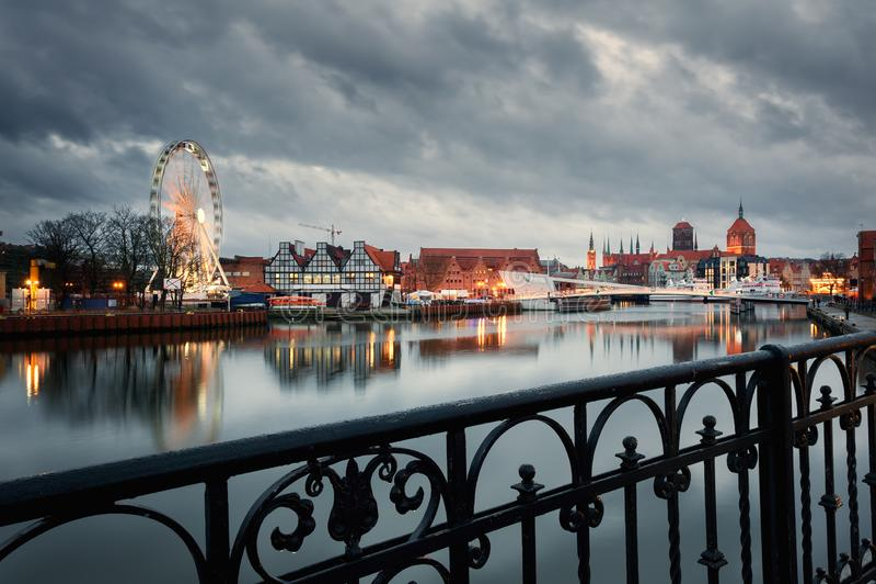 Gammal stad av Gdansk p? natten arkivfoto