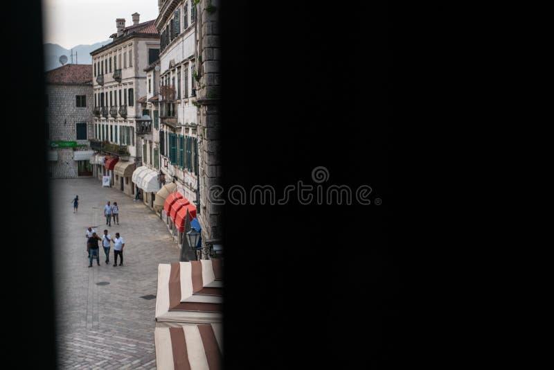 Gammal stad av Kotor, Montenegro, skott till och med halvöppna fönsterslutare royaltyfria bilder