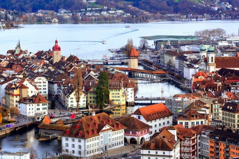Gammal stad av Lucerne med kapellbro- och vattentornet, Switzerl arkivbild