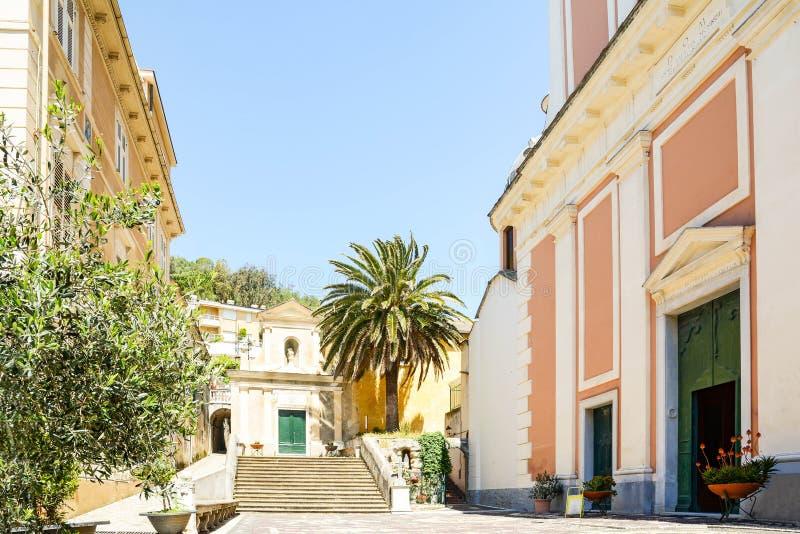 Gammal stad av Moneglia med disciplinati för katolsk kyrkaoratoriumdei och kapell av Santa Croce, Genoa Liguria royaltyfri fotografi