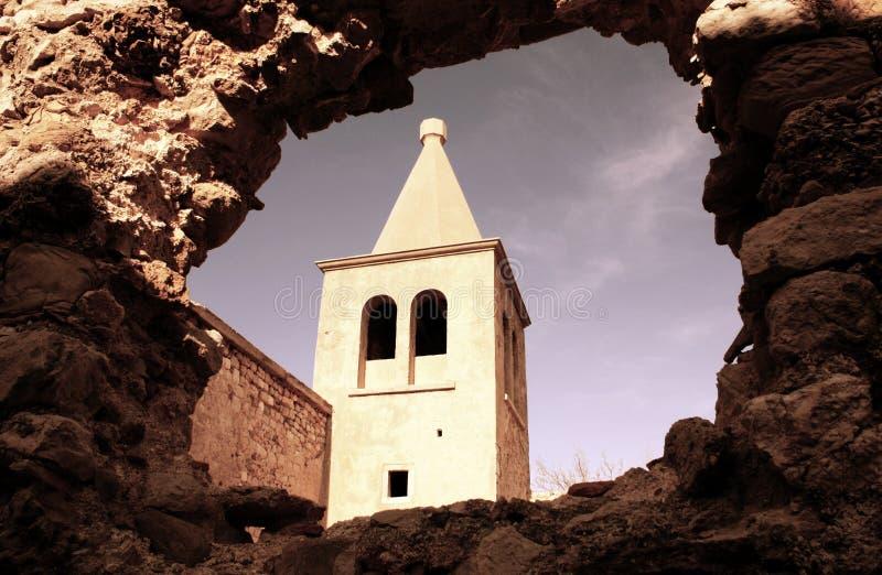 Gammal stad av Pag med det kyrkliga tornet royaltyfria bilder