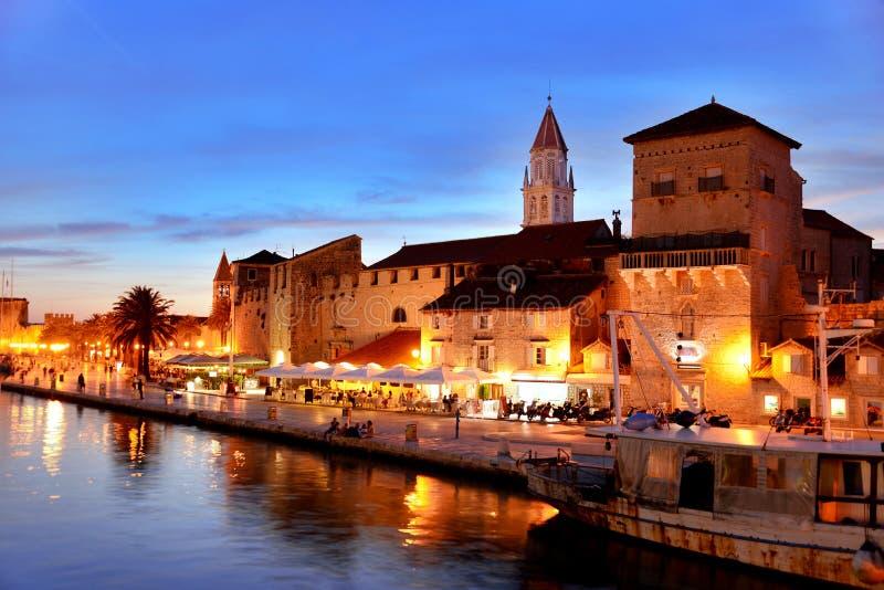 Gammal stad av Trogir i Dalmatia, Kroatien vid natt fotografering för bildbyråer