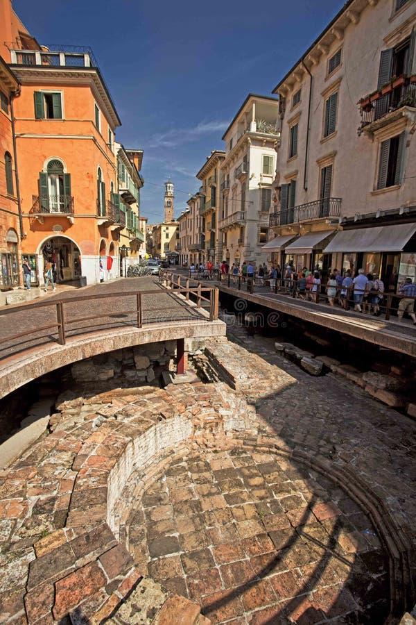 Gammal stad för Verona gatastaditional royaltyfri foto