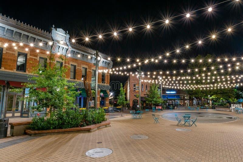 Gammal stad Fort Collins på natten royaltyfri foto