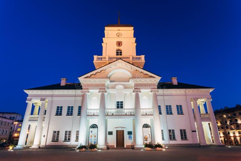 Gammal stad Hall Minsk, Vitryssland för vit byggnad natt arkivbild