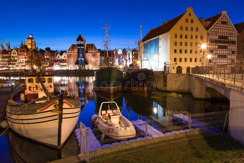 Gammal stad i Gdansk på natten royaltyfri fotografi