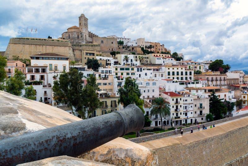 Gammal stad Ibiza med kanonen, Balearic Island, Spanien royaltyfria foton