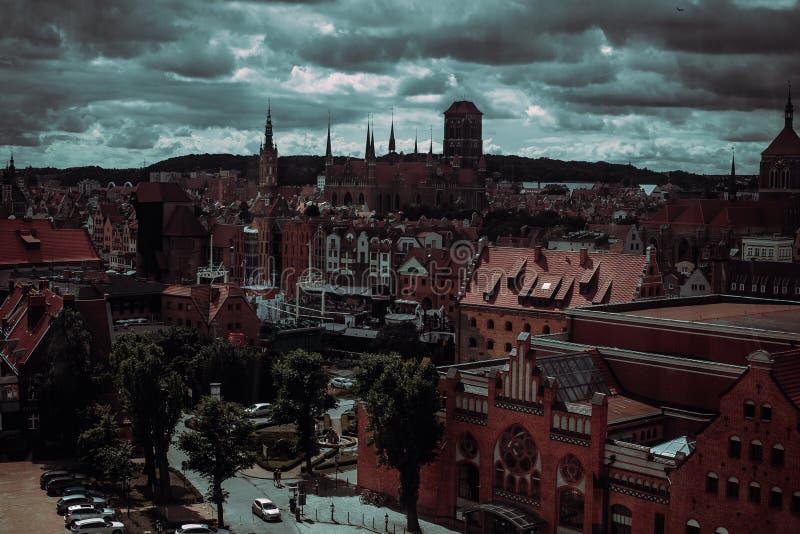 Gammal stad och berömd kran av Gdansk, flyg- sikt från ferrishjulet Lopp till Polen Turismbransch Polsk arkitektur Stad royaltyfri foto