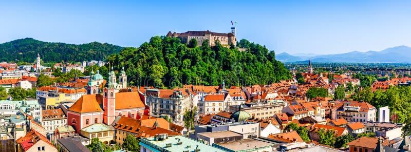 Gammal stad och den medeltida Ljubljana slotten överst av en skogkulle i Ljubljana, Slovenien royaltyfri bild