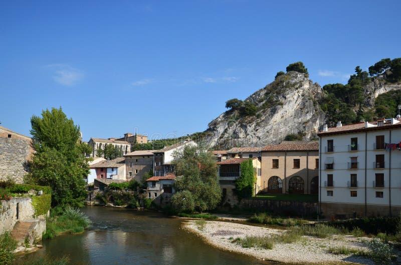 Gammal stad på floden arkivbilder