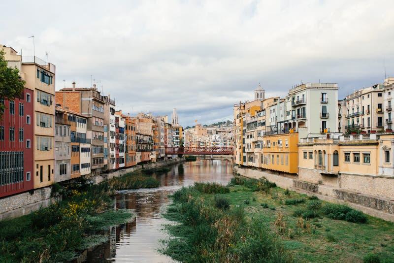 Gammal stad på floden i Girona royaltyfria foton