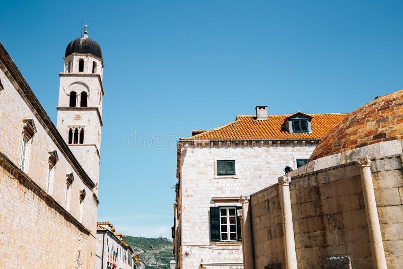 Gammal stad Stradun street, Franciscan Church och Monastery och Large Onofrio's Fountain i Dubrovnik, Kroatien royaltyfria bilder