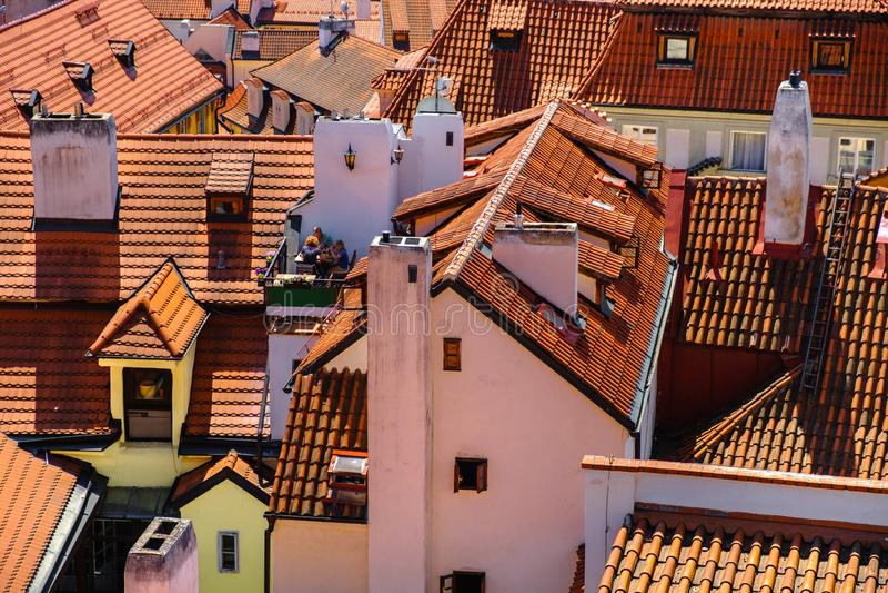 Gammal stadarkitektur med terrakottatak i den Prague tjecken royaltyfri foto