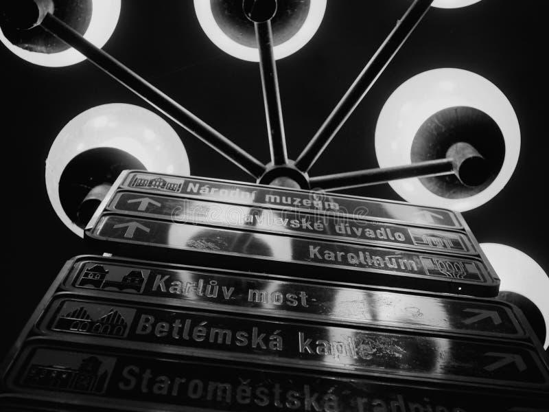 Gammal stadfyrkant för vägvisare i Prague fotografering för bildbyråer