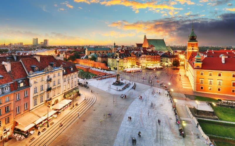 Gammal stadfyrkant för Warszawa, kunglig slott på solnedgången, Polen royaltyfria foton