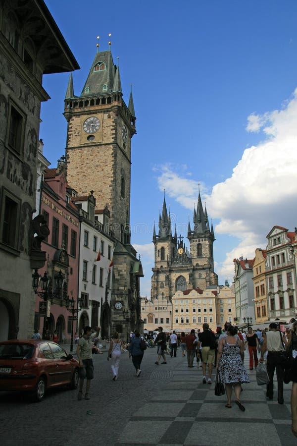 Gammal stadfyrkant in mot kyrka av vår dam Tyn royaltyfri fotografi