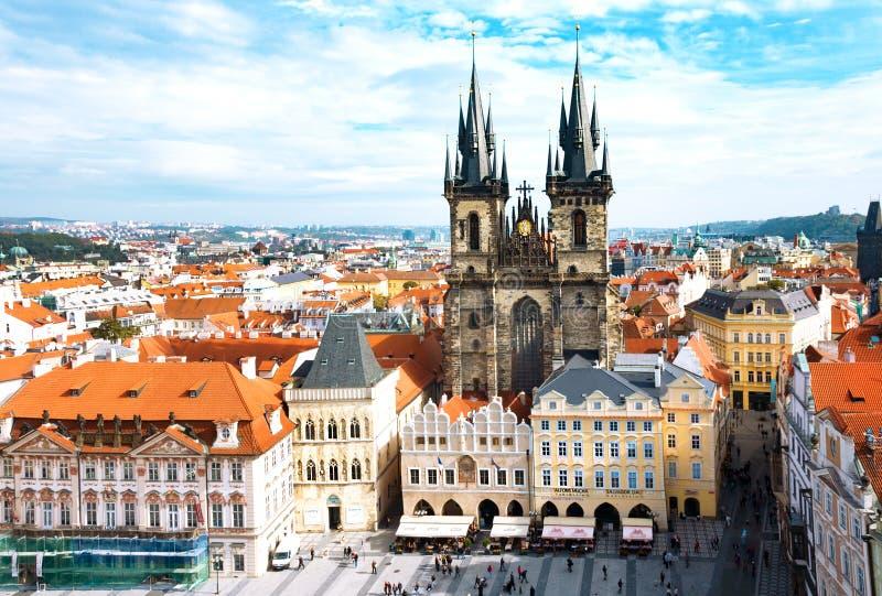 Gammal stadfyrkant och kyrka av oskulden Maria Before Tyn, Prague, Tjeckien En av huvudsakliga dragningar av Prague arkivbild