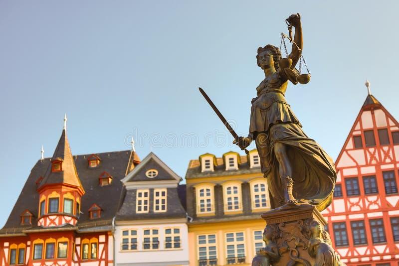 Gammal stadfyrkant Romerberg med den Justitia statyn i den Frankfurt strömförsörjningen, Tyskland med klar himmel royaltyfri bild