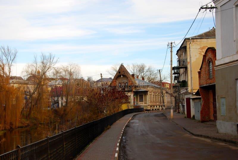 Gammal stadgataspring längs floden royaltyfria foton