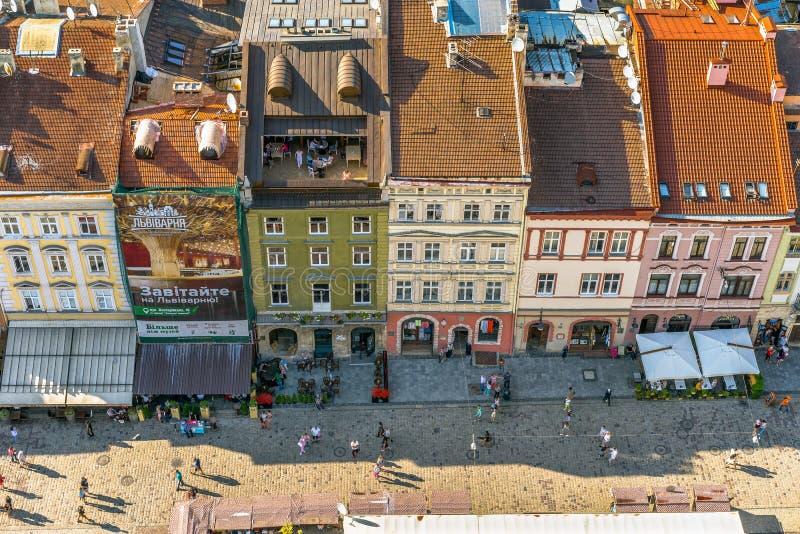 Gammal stadmitt och gata för historiska byggnader mycket av folk i sommarafton royaltyfri fotografi