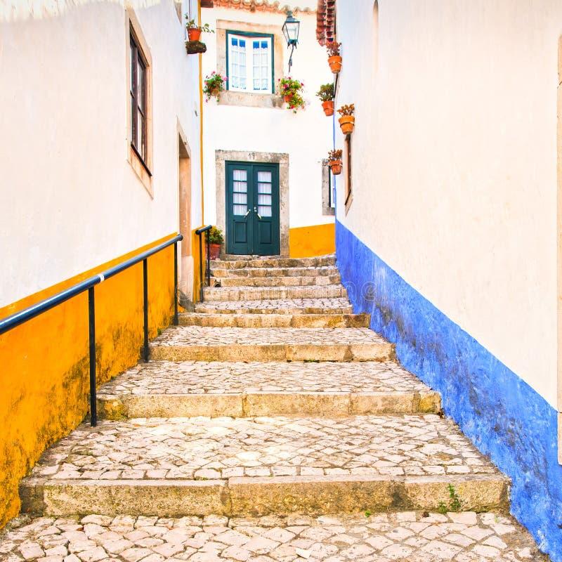 Gammal stads- gata och färgrika fasader i Obidos Oeste Leiria, royaltyfri fotografi