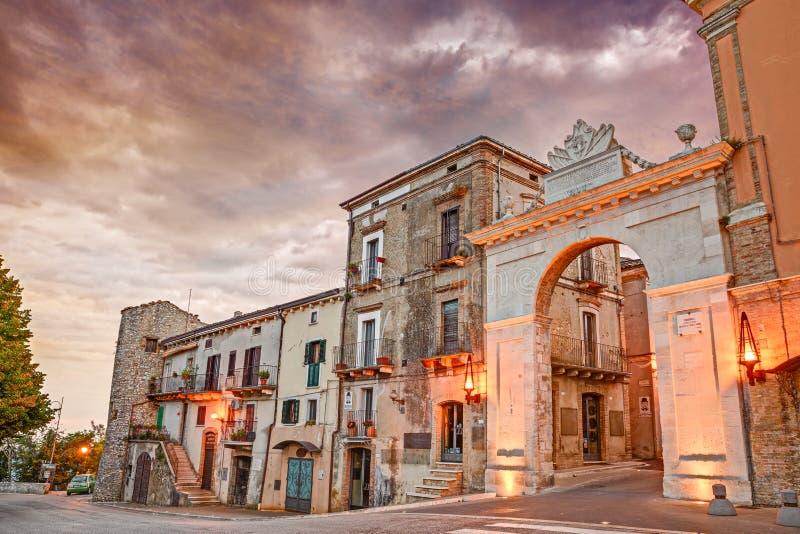 Gammal stadsdörr i Guardiagrele, Abruzzo, Italien royaltyfria bilder