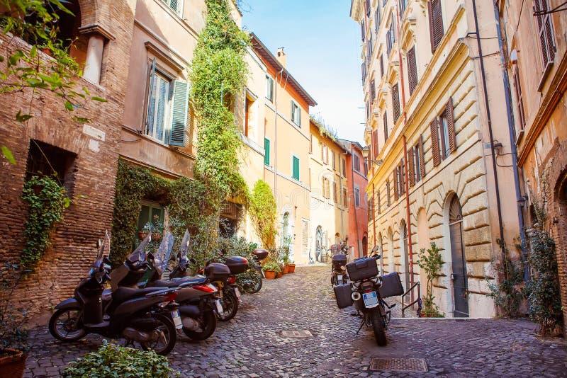 Gammal stadsgata i Rome, Italien arkivfoton