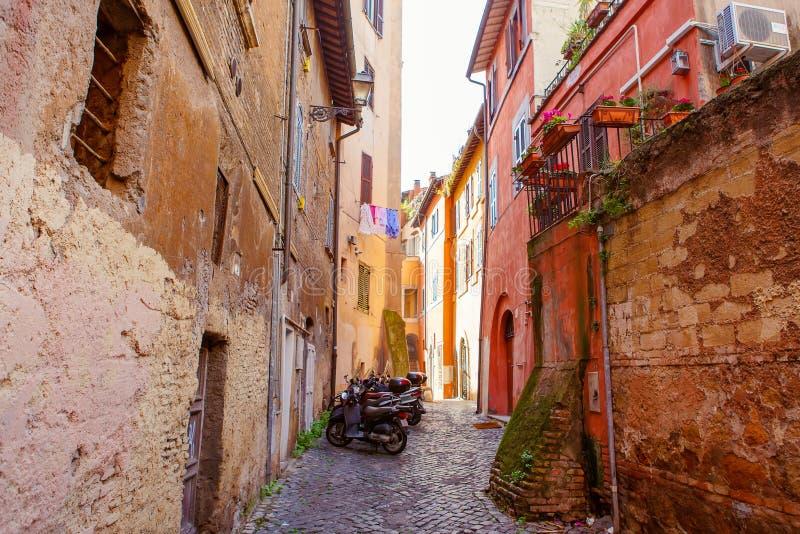 Gammal stadsgata i Rome, Italien fotografering för bildbyråer