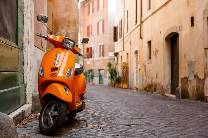 Gammal stadsgata i Rome, Italien arkivbilder