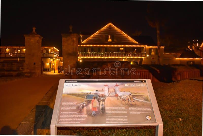 Gammal stadsport på natten i gammal stad på Florida historiska kust royaltyfri fotografi