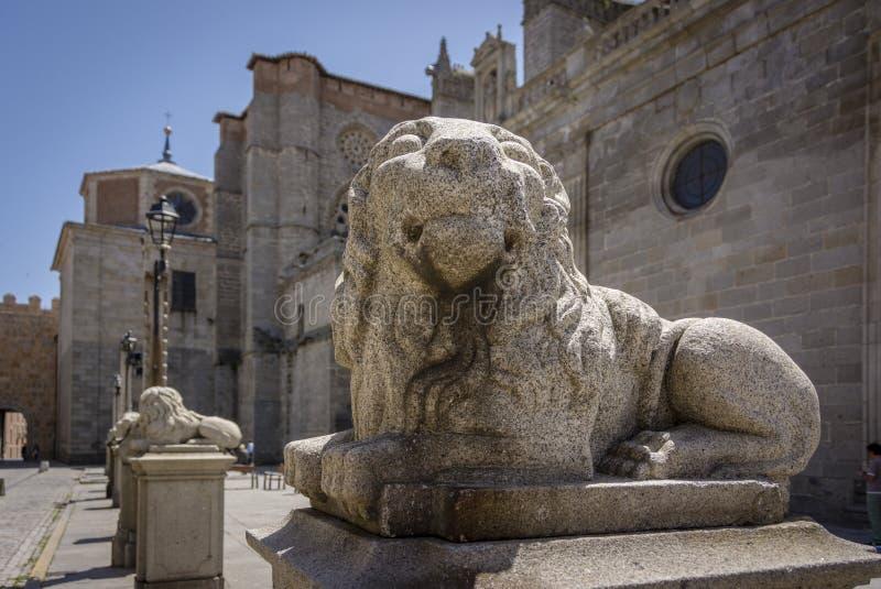 Gammal staty av ett lejon i medeltida europeisk stad av Avila royaltyfria foton