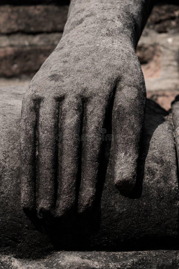Gammal statyhand av den buddha bilden royaltyfri foto