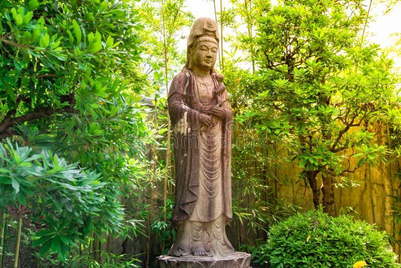 Gammal statystengudinna av förskoning som är bekant som Quan Yin eller Guan Yin royaltyfri fotografi