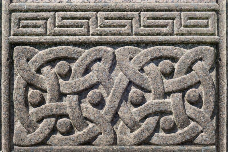 Gammal sten snidit keltiskt designsymbol arkivfoto
