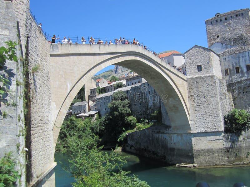 Gammal stenbro över den Neretva floden, Mostar, Bosnien och Hercegovina royaltyfri bild
