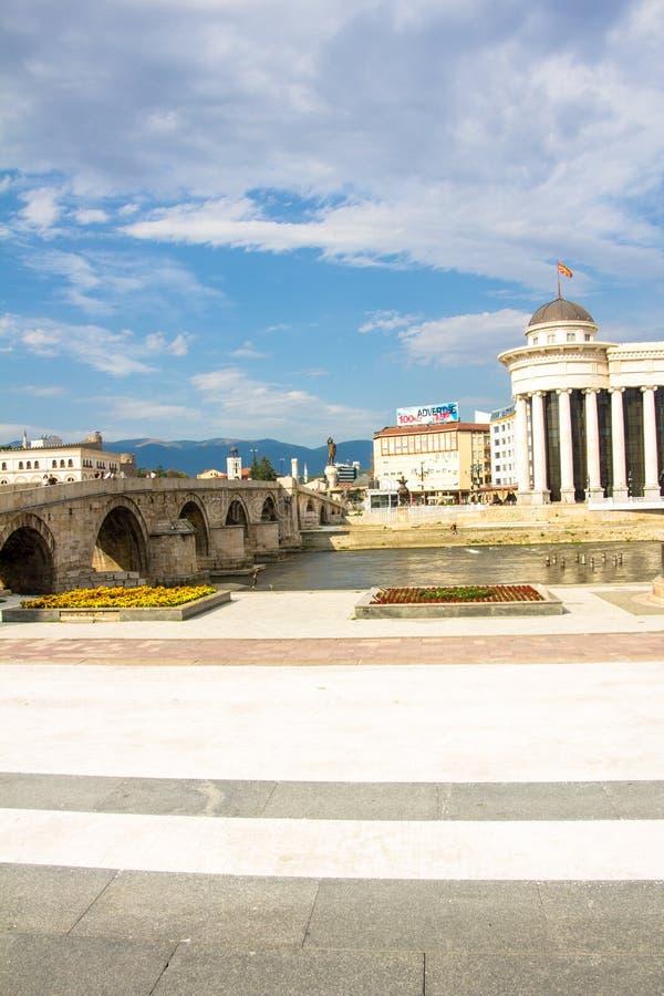 Gammal stenbro över den Vardar floden royaltyfria foton