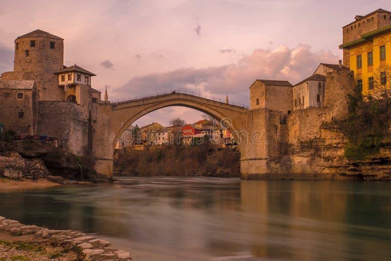 Gammal stenbro över Neretva i Mostar arkivfoton