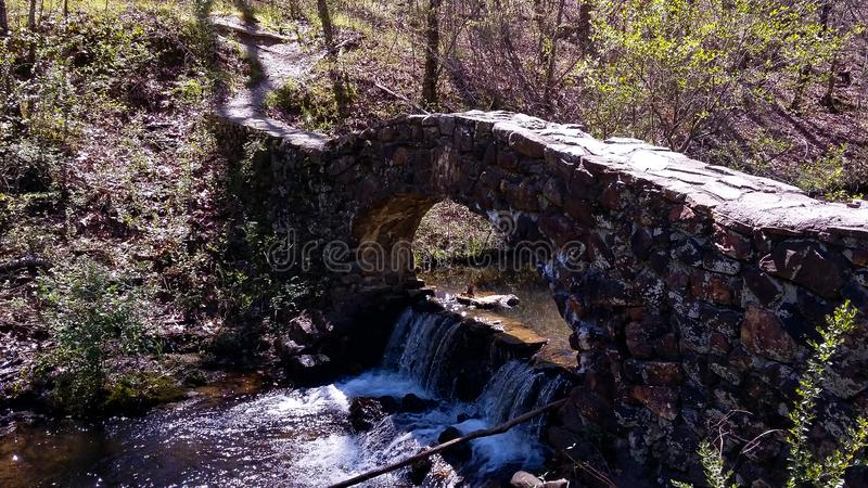 Gammal stenbro på den Gulpha klyftan, Hot Springs royaltyfria bilder