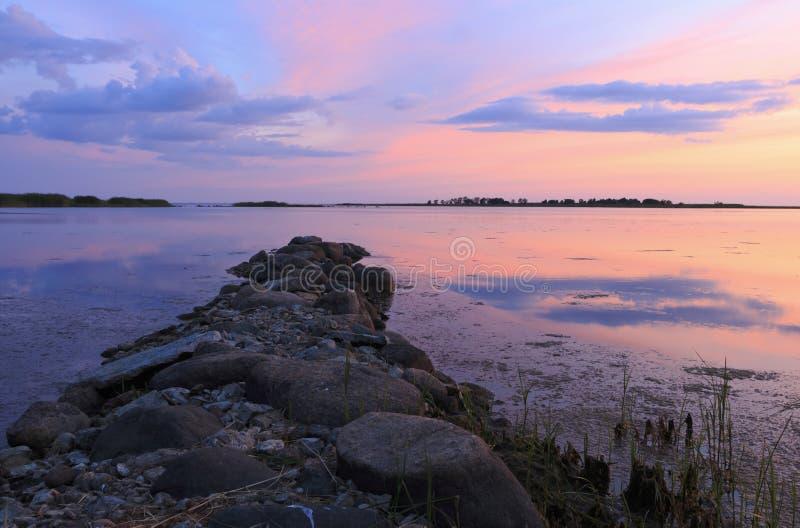 Gammal stenbrygga på det baltiska havet royaltyfria foton