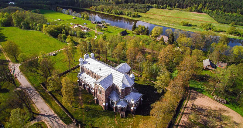Gammal stenkyrka från över, Litauen royaltyfria bilder