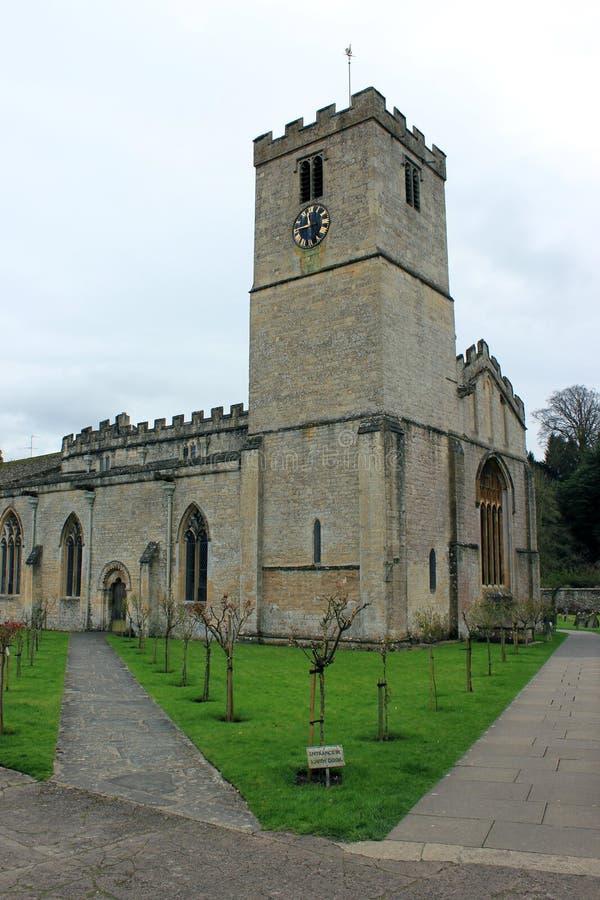 Gammal stenkyrka i engelsk bygdstående royaltyfri foto