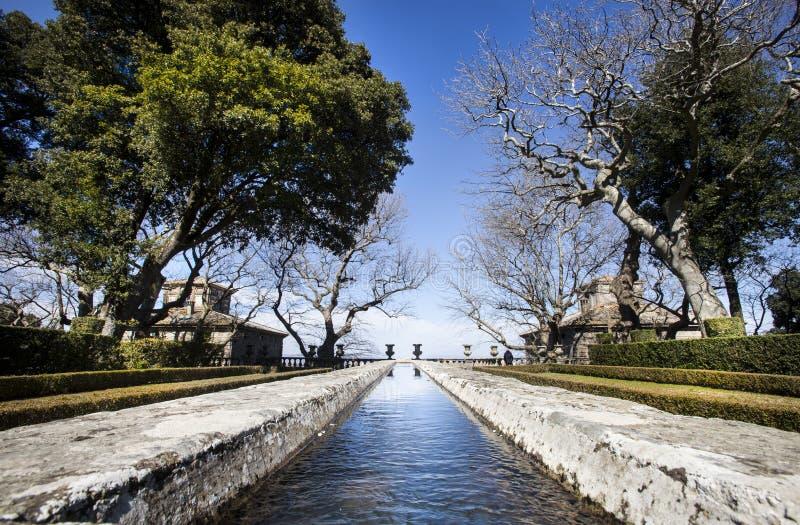 Gammal stenspringbrunn länge som en flod i en Manneristträdgård arkivfoto