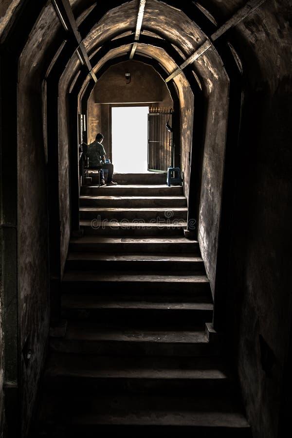 Gammal stentrappa & vägg som går ut av tunnelen royaltyfria bilder