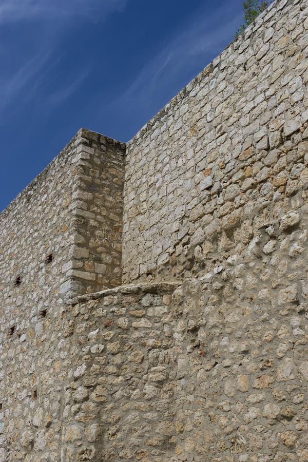 Gammal stenvägg i byn av chinchon, madrid, Spanien royaltyfria foton