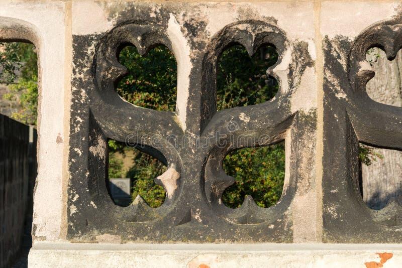 Gammal stenvägg med heartlike former i eftermiddagsolen arkivbilder