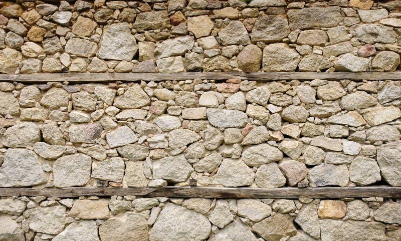 Gammal stenvägg med trästrålar fotografering för bildbyråer