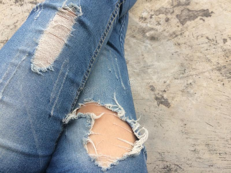 Gammal stil för jeansbristmode royaltyfria foton