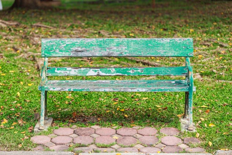 Gammal stol i parkera arkivbilder
