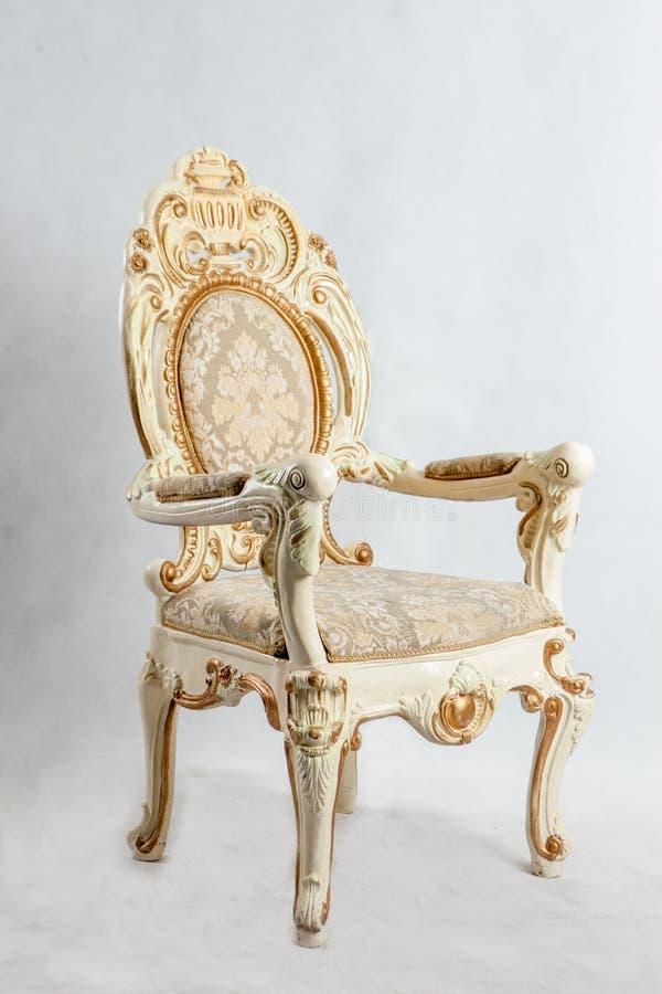 Gammal stol med dyra modeller royaltyfria bilder